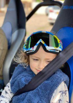 ילד קטן עם משקפי נהיגה פיני בשטח